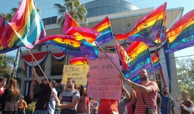Molestias por presencia de menores en un acto contra la homofobia
