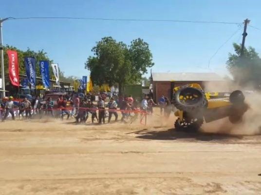 Carrera de tractores en Expo Neuland casi terminó en tragedia