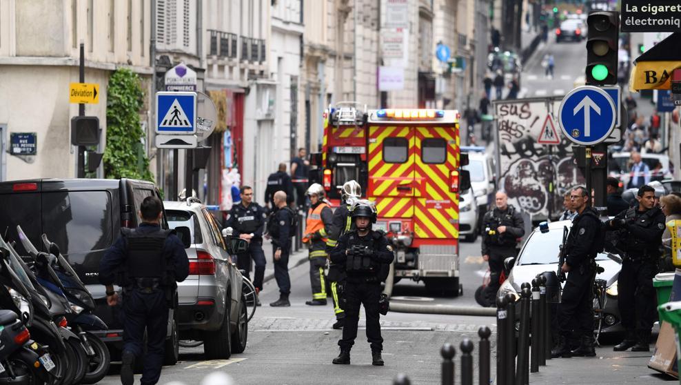 Alerta: Un hombre retiene a dos personas en el centro de París