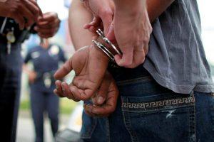joven detenido persona detenida ilustrativa 000