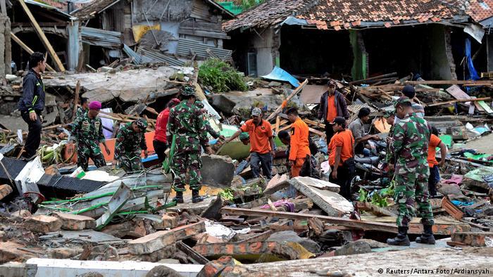 Muertos por tsunami en Indonesia aumentan a 281