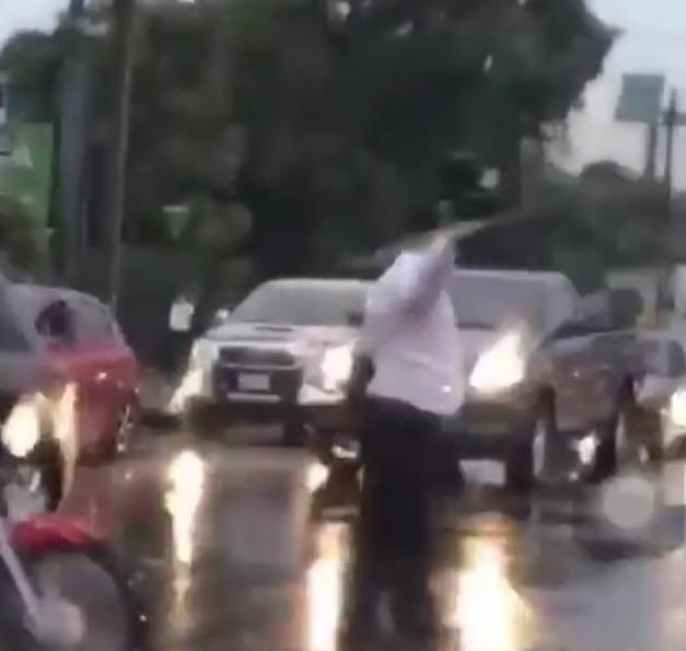 Un civil dirigió el tránsito