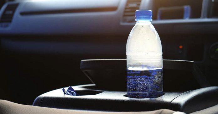 Dejar botellas de agua en el vehículo puede ser muy peligroso