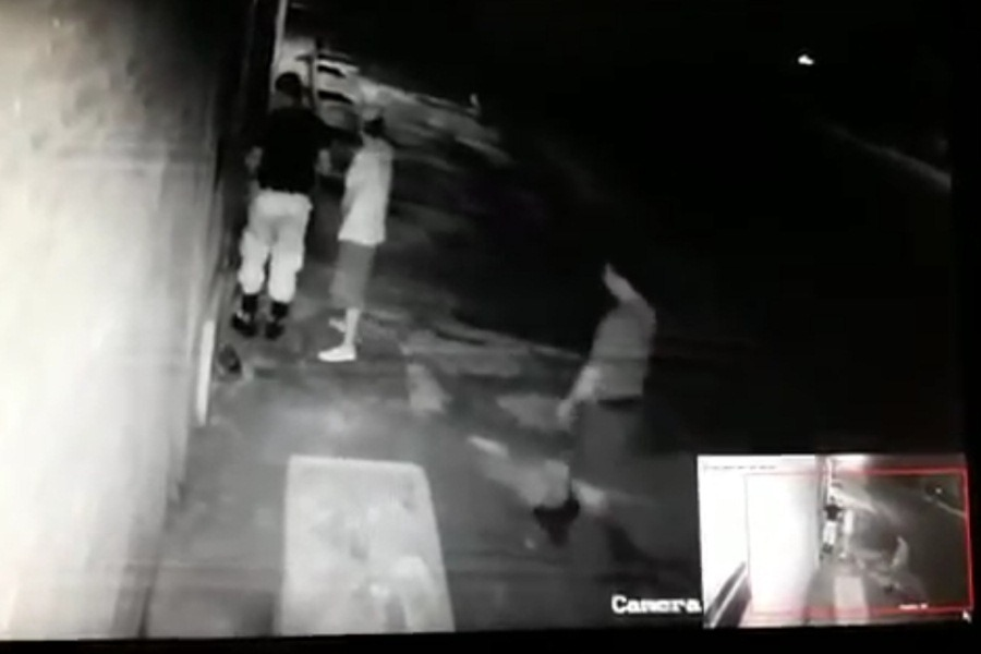 cámara circuito policías roban en casa de estafador