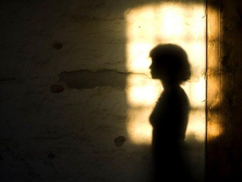 mujer víctima violencia abuso sexual violación referencial ilustrativa sombra IBTimes UK