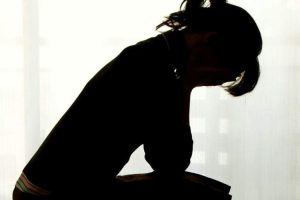 mujer víctima violencia abuso sexual violación referencial ilustrativa sombra tenplay
