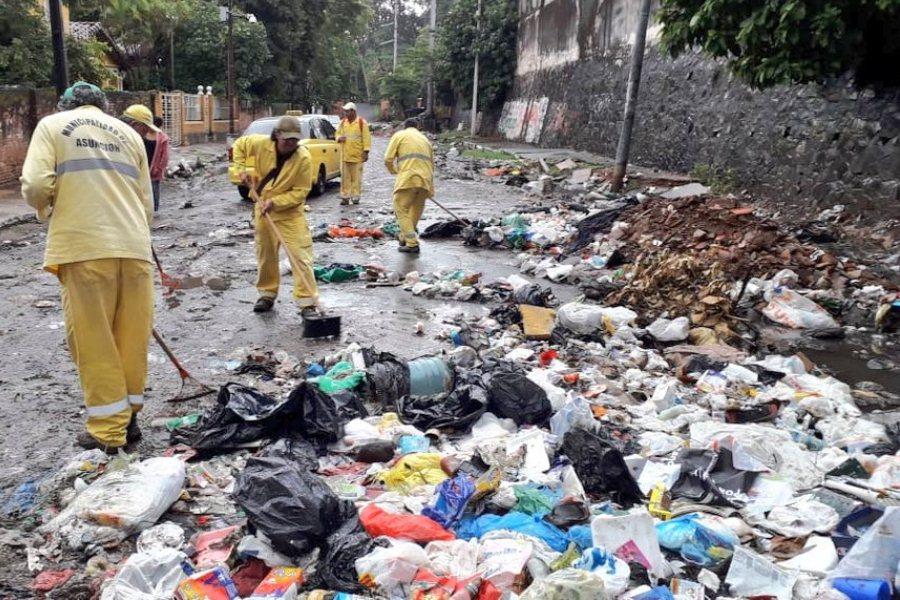 Trabajos de limpieza y retiro de residuos del puesto clandestino de basura sobre la calle Estados Unidos esquina Gondra y Fulgencio Leguizamón ASEO URBANO MUNI ASU