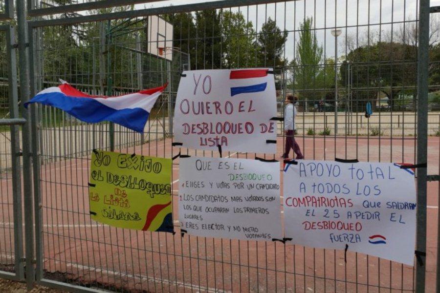 Carteles de apoyo cuelgan en una plaza de Madrid, en apoyo a las marchas previstas para este jueves ÚH