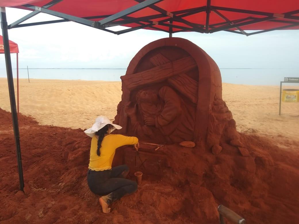 Estaciones de Viacrusis en esculturas de arena