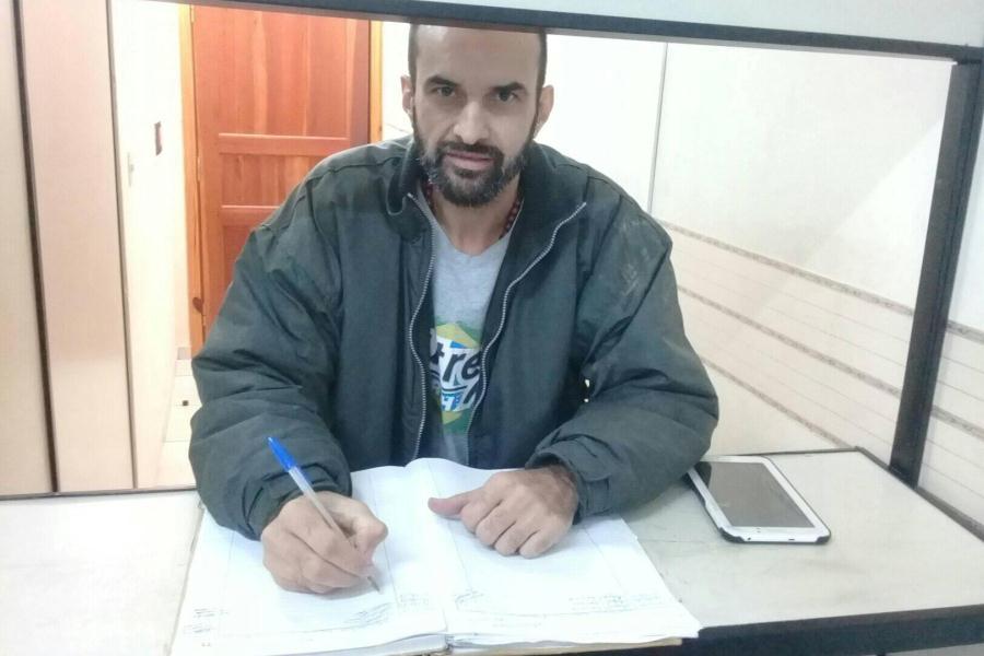 Edgar Martinez Sacoman firmando el acta de comparecencia en el juzgado de cde FOTO Movimiento Cannabis Medicinal e industrial Py