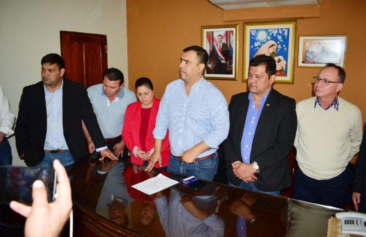 El gobernador Pedro Díaz Veron centro, flanqueado por varios concejales UH