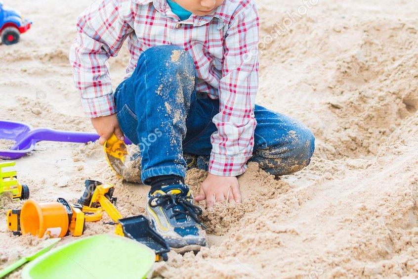 ninho menor de edad juegos juguetes arena