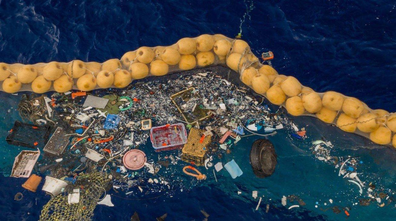 El joven que a los 16 años supo cómo eliminar el plástico del mar