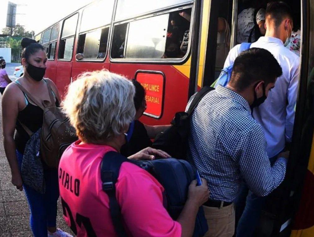 Reguladas. Los pasajeros deben esperar por horas sus colectivos que frecuentemente vienen colmados de gente.