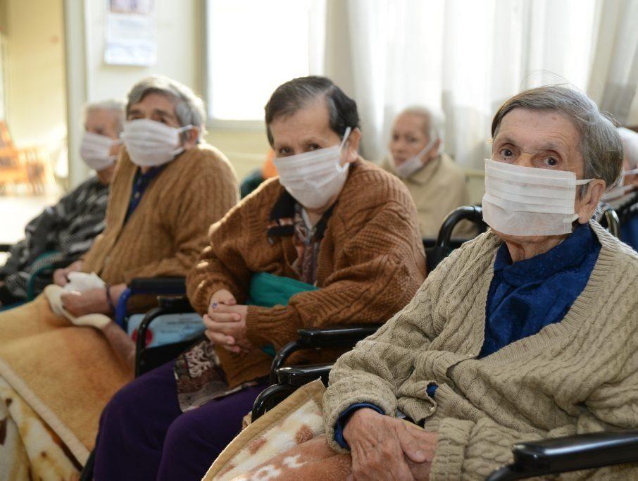 adultos mayores hogar de ancianos covid